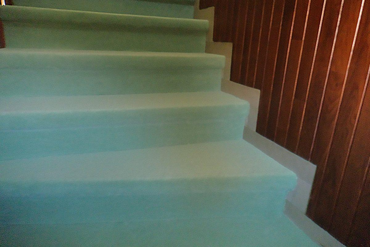 pose moquette escalier colle