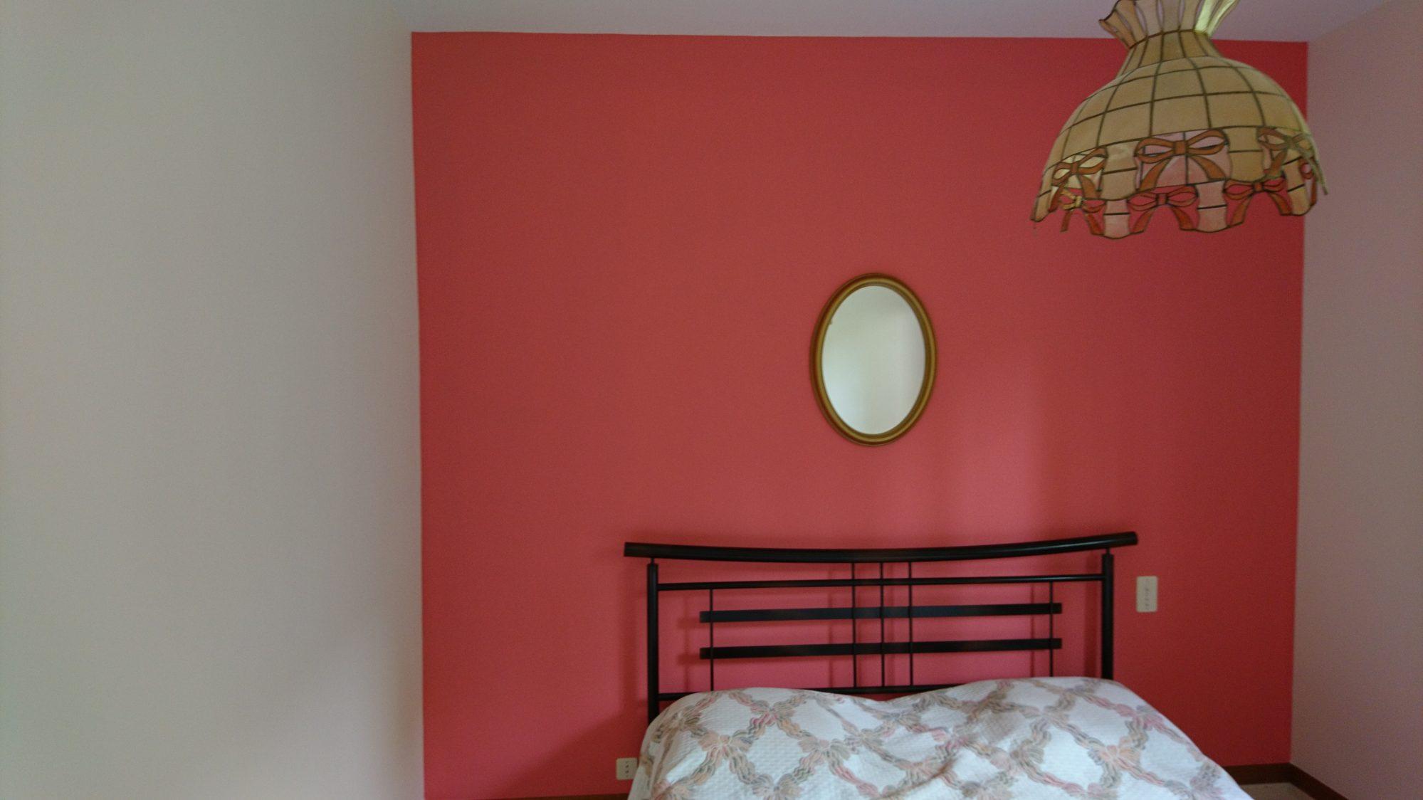 Peinture murs et plafond chambre, tête de lit teinte Pastèque Tollens