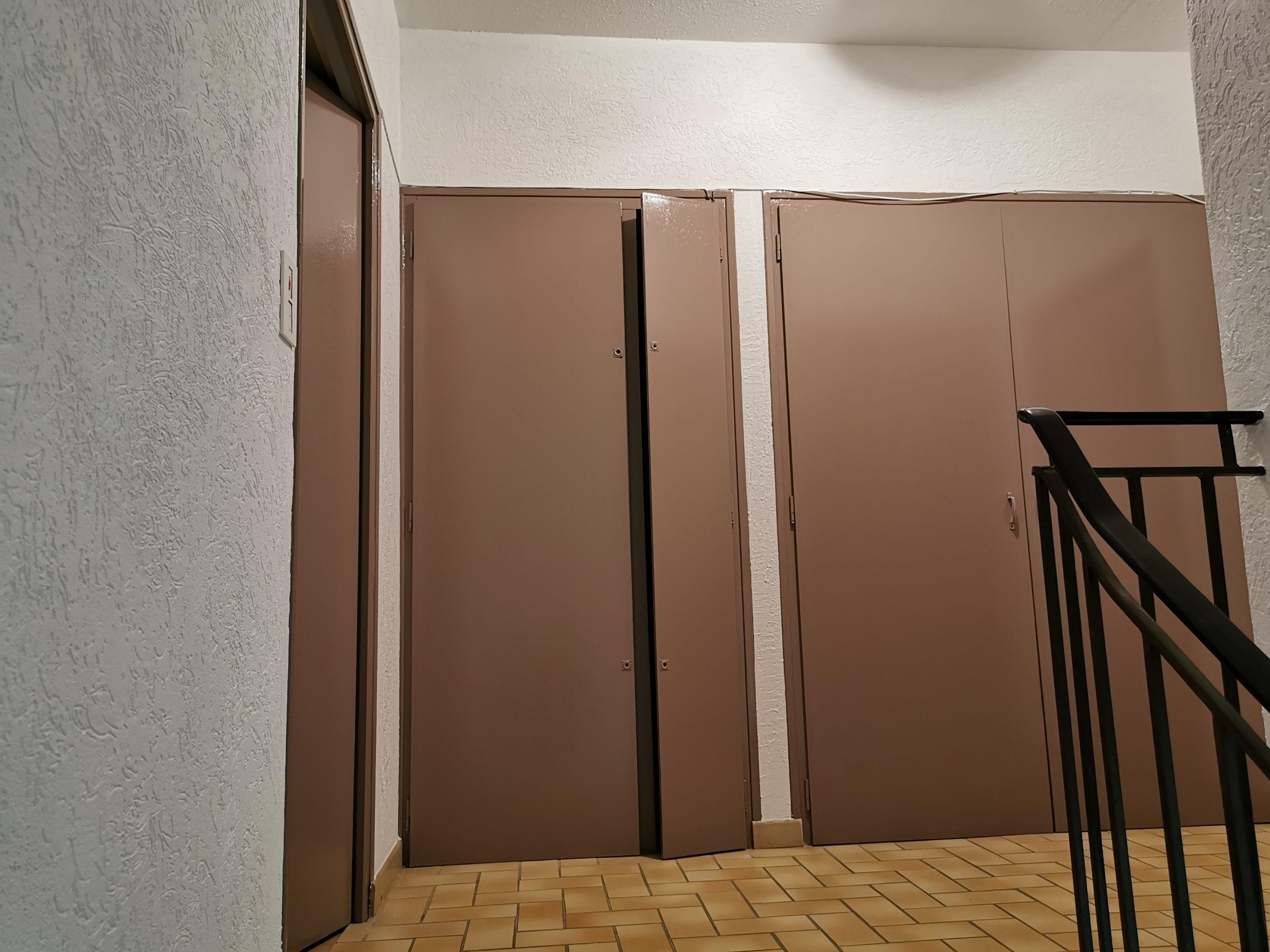 Réfection murs, plafonds et portes d'une montée d'escaliers